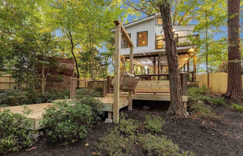 couples retreat treehouse in Atlanta